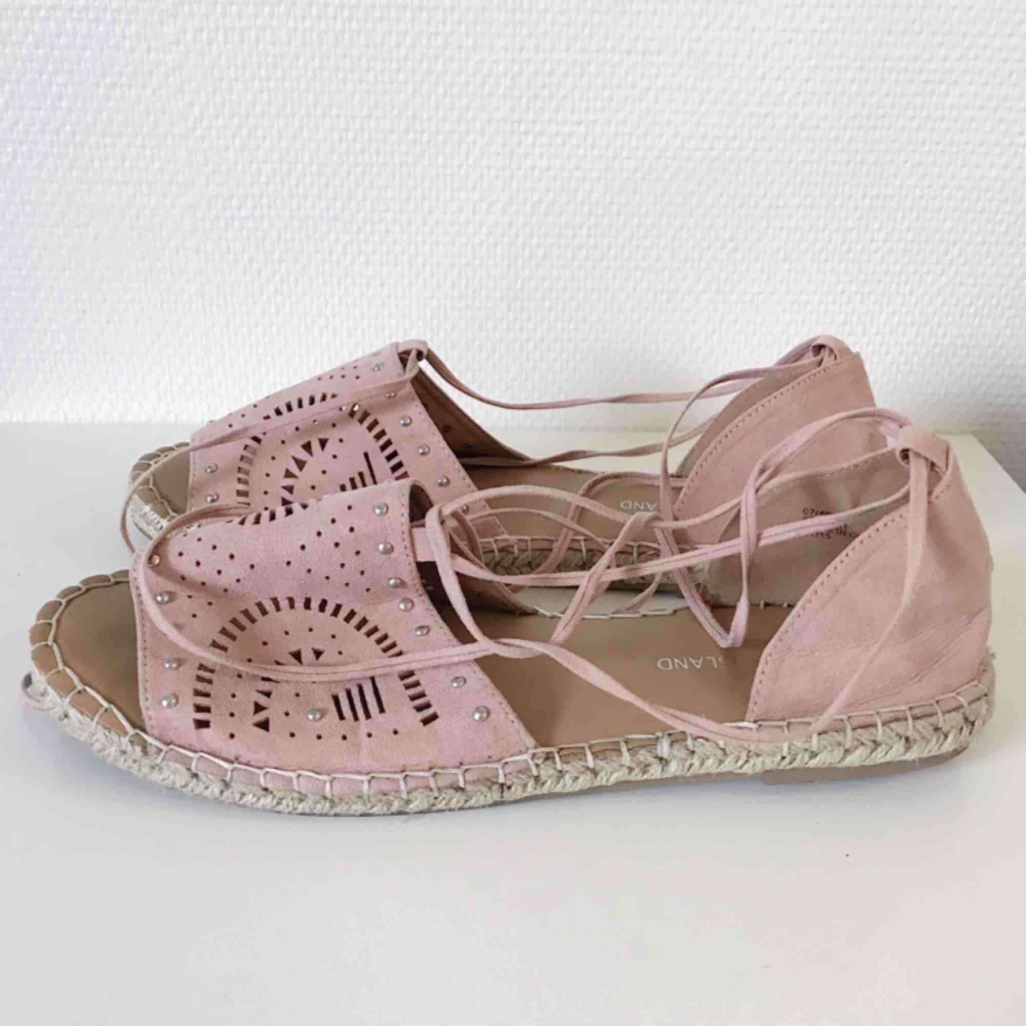 5f1a14661a5 Supersnygga sandaler i oanvänt skick från River Island. Sköna och grymma  för de svalare dagarna ...