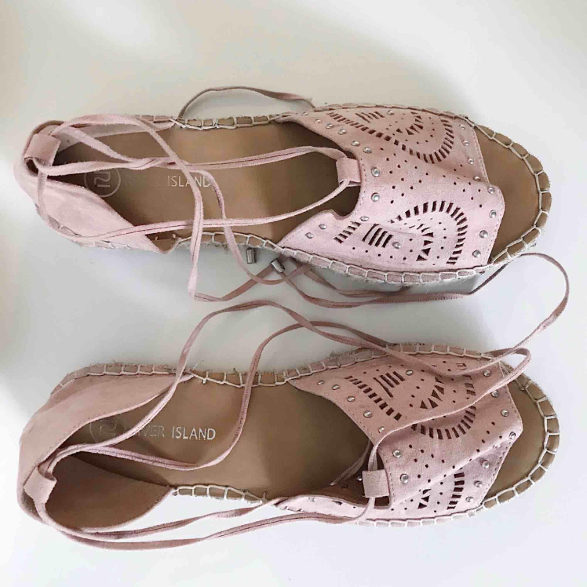 8ad0add665e ... Supersnygga sandaler i oanvänt skick från River Island. Sköna och  grymma för de svalare dagarna