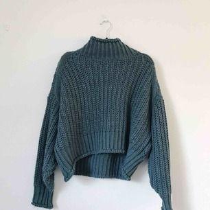 Stickad tröja från H&M i storlek M i en gröngrå ton. Superfin och mysig! Frakt tillkommer, ca 50 kronor.