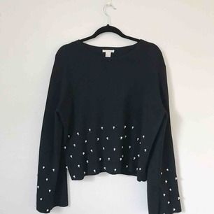 Fint stickad tröja med pärlor längs framsida och ärmar. I toppenskick, använd ett fåtal gånger. Frakt tillkommer på ca 50 kronor.