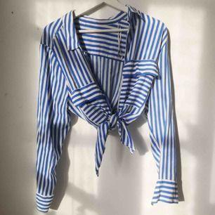 Jättefin och så bekväm skjorta i mjukt material. Är bred över axlarna och går att knyta upp och dra åt olika, så passar alla från XS-L, (bär själv S-M). Kan mötas upp i Gbg. Annars tillkommer frakt, och den betalar du!