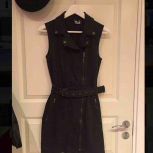 Svart klänning med snygga detaljer! Använt med långärmad tröja under, till sommaren snygg bara som den är! Köparen står för frakten!