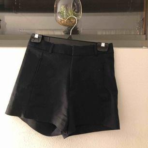 Svarta kostym shorts med hög midja.Använt ungefär 1 gång. Tycker själva shortsen är skit snygga och kan matchas med många snygga sommar outfits, men det är inte min stil direkt.