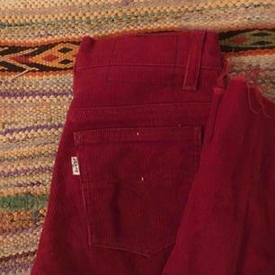 levis röda manchesterbyxor:-) rak passform