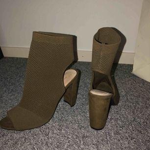 Skit snygga skor i en diskret kamouflage färg. Jag själv har storlek 38 å dem funka bra. Dem är använda 1 gång, köpte dem för ja tyckte de va så snygga men är för lång för att bära klackaskor, tyvärr:(