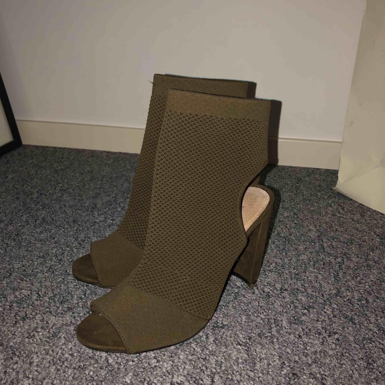 Skit snygga skor i en diskret kamouflage färg. Jag själv har storlek 38 å dem funka bra. Dem är använda 1 gång, köpte dem för ja tyckte de va så snygga men är för lång för att bära klackaskor, tyvärr:(. Skor.