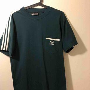 Grön adidas t-shirt i typ storlek m? Lite oversized :)
