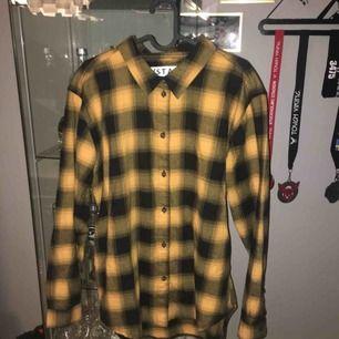 Flanellskjorta Köpt på Carlings och är i storlek L dammodell. Möts upp i Norrköping eller fraktas