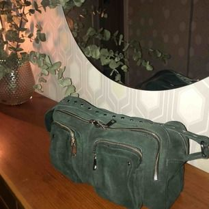 Väska från NUNOO i den största modellen. köpt på nunoo.dk för 1599kr, säljer för 1100kr (köparen står för frakt elr möts upp i gbg) använd ca 2 gånger alltså i nyskick!