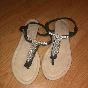 Ett par sandaler från Duffy, aldrig använda, dock har dom blivit blekta då dom stått i min garderob för ett bra tag. Frakt 18kr.