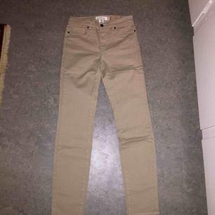 Helt nya med lapp kvar. Sköna beiga jeans från H&M. Högmidjade. SLIM FIT. Kan skickas.