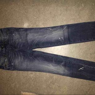 Jeans från DIESEL. SLIM fit. Normal i midjan. Mörkblå. Jeansen har rivmärken som detaljer på knäna och vid vristen. Kan skickas. Priset är förhandlingsbart.