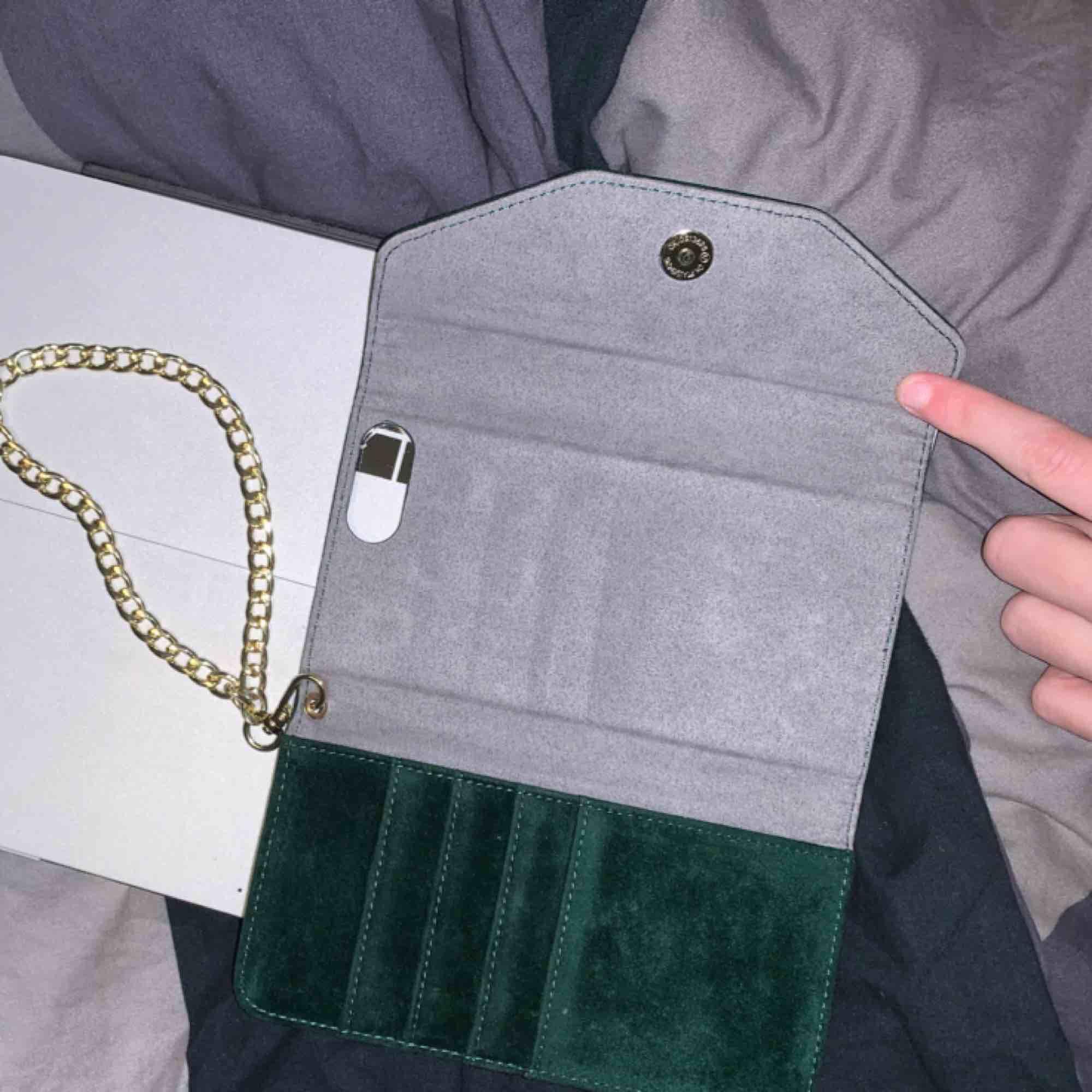 Plånboksskal i sammet från ideal of sweden! Toppenskick, använt få gånger men inprincip som ny. Nypris 499, säljer för 120 + 39kr frakt.. Accessoarer.