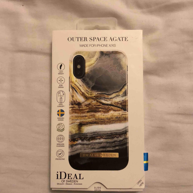 Skal från iDeal of Sweden i nyskick, köpt på deras hemsida för 299kr. Skalet passar iPhone X/ XS. Accessoarer.