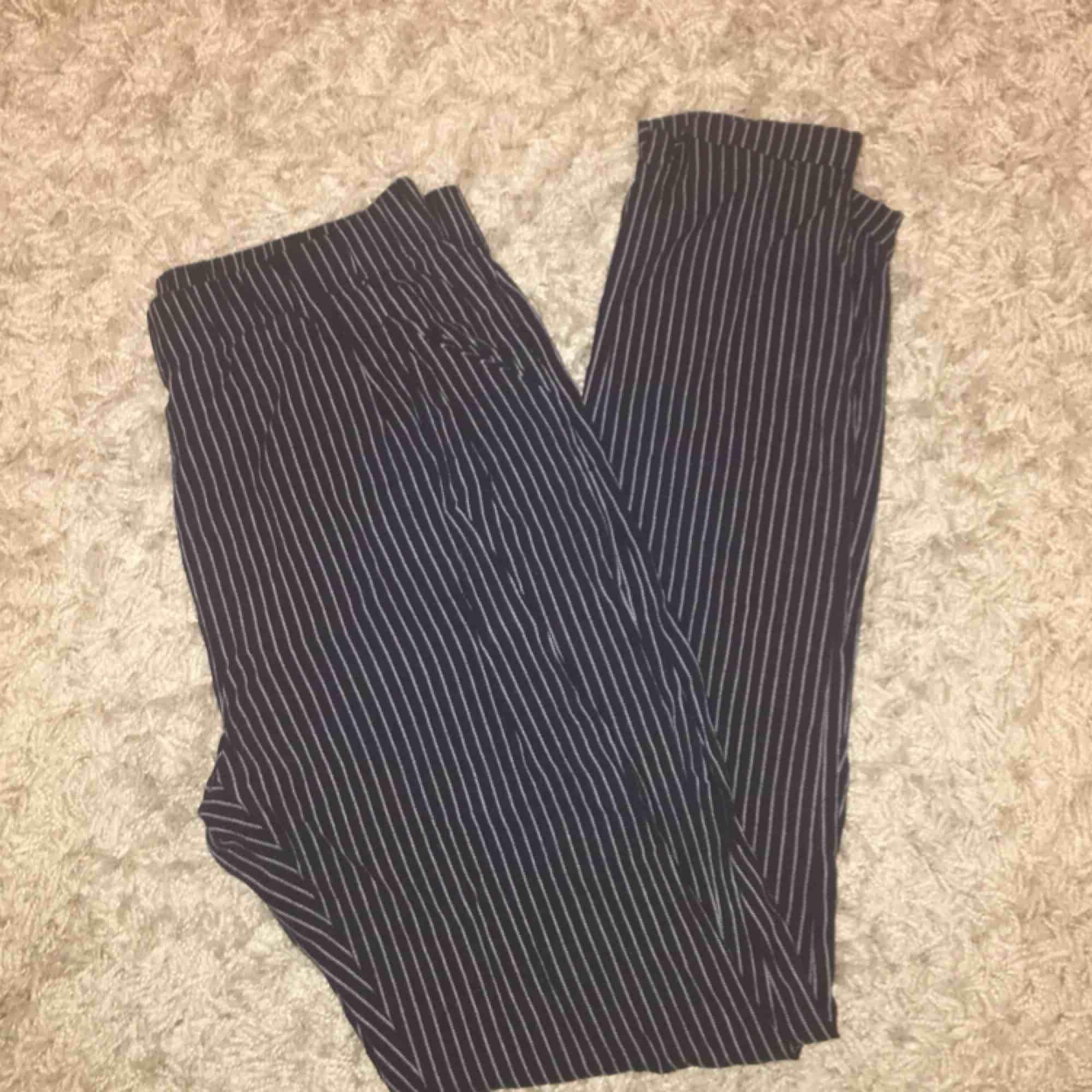 Säljer dessa fina byxor från Bik Bok! Rätt så tunna i materialet men bra skick;-) frakt: 55 kr . Jeans & Byxor.
