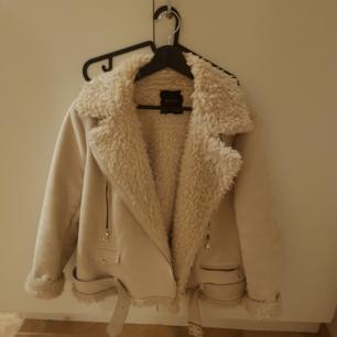 En mysig och varm vinterjacka från Zara i storlek XL. Passar även en L bra.