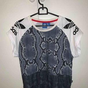 Adidas tshirt i bra skick!  Storlek XS frakt: 39kr