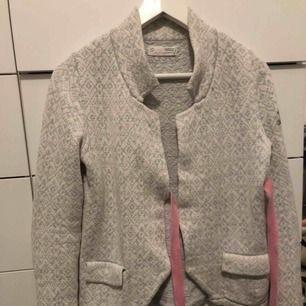 Fin gråblå Odd Molly kofta med rosa detaljer i storlek 1 alltså typ XS/S