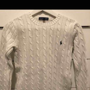 En Ralph lauren tröja i storlek XS men passar även mig med S Om den ska skickas så står köparen för frakt☺️
