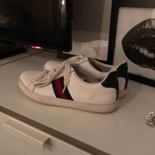 Fina gucci skor, ej säker på om dem är äkta så därför jag säljer dem för en super billig peng om det skulle visa sig att dem är äkta Dem är storlek 36 men mer som 37 Dom är bara använda några gånger under hösten 2018