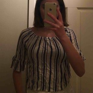 Jättefin blåvitrandig tröja! Den har lite sluttande ärmar vilket jag tycker är fint. Säljer p.ga att den inte riktigt är min stil längre. Använd max 5 gånger. Frakt betalar köparen ✨✨