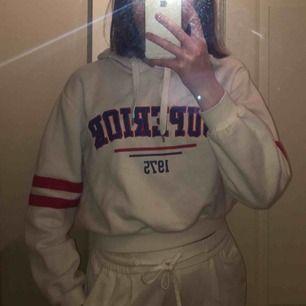 """Jättecool vit hoodie med texten """"superior 1975"""" på.✨ säljer för att den inte kommer till användning och använd 4/5 gånger och i fint skick.✨ frakt betalar köparen."""