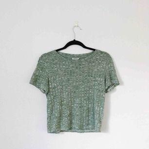 Grön croppad T-shirt i storlek S från Monki. Bra skick och världens skönaste tröja! Frakt på 20 kronor tillkommer.