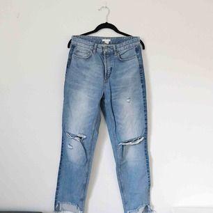 Snygga slitna jeans från H&M i storlek 38. Mörkare panel på sidorna och rå kant nedtill. Frakt tillkommer på 50 kronor.