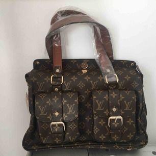 Helt ny Louis Vuitton, första kopia. Väskan ser ut exakt som en äkta bara utan serie nr.  Kan skicka mer bilder.