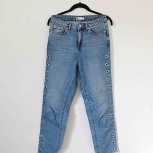 Jeans från Gina Tricot i storlek 36 med öljetter längs benen och rå kant nedtill. Supersnygga! Frakt på 50 kronor tillkommer.