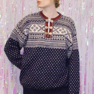 🍒VARMAST🍒 Denna mysiga stickade tröja har värmt mig många vintrar men den letar nytt hem. Det är en liten Herr L men passar fint fint för fler storlekar. Gjord av 100% ull. Frakt tillkommer. Puss o k🍒