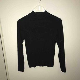 En fin, svart tröja i M storleken som passar också för dom som har L 🌺