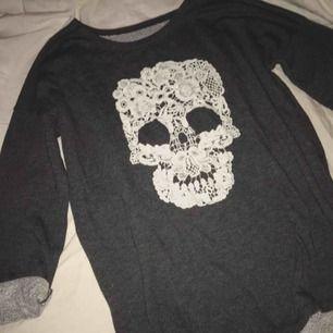 Sweatshirt med spets döskalle Storlek xs Bra skick!