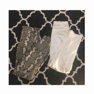 Säljer 1 par jeans med ormmönster köpta på h&m för 299kr (använd 1 gång) säljer också ett par vita kostymbyxor köpta från h&m för ca 199kr (aldrig använda) båda är i storlek M fast väldigt små i storleken