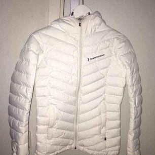 Säljer min peak performance jacka (dunjacka) köpt förra vintern på Intersport för ca 2700kr, säljer pga lite liten på mig, säljer till högst bud 😊 (använd endast förra vintern) bilden är väldigt suddig men kontakta för bättre och tydligare bilder😃