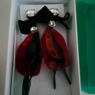 Oanvända örhängen från Marni at H&M.