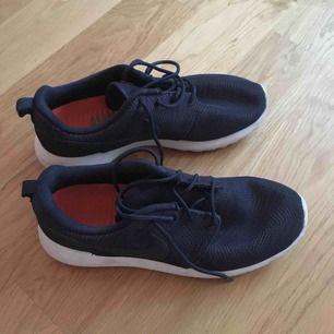 Jag säljer mina Nike Roche skor, köpt för cirka tre år sedan. Man kan se att de är inte nya, men det finns inga skador :) En bra val för våren!