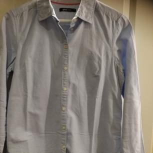Skjorta från gina tricot i ljusblå färg. Perfekt till våren som börjar närma sig. Använd fåtal gånger.