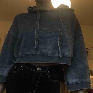 Jätte fin grå stentvättad hoodie från bikbok har varit ett av mina absoluta favoritplagg men nu är det dags att den hittar ett nytt hem frakt på 63 kr