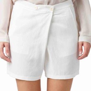 splitter nya shorts från filippa k , köpta i bitik i januari, säljer då de inte passar i storlek . nypris 1100kr