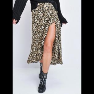 Leopard wrap kjol i one size.