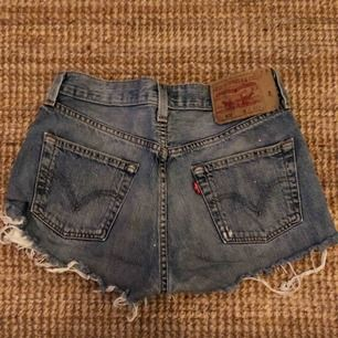 Vintage Levis shorts! Strl 26-27. Kan mötas upp i Sthlm C eller posta, då står köparen för frakt🎈