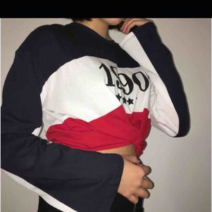 snygg tröja från hm, använd 1-2 gånger. passar också xs-s och sitter då snyggt oversized. köpare står för frakt!