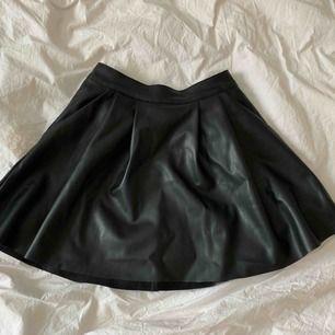 A-linje kjol i konst läder från chiquelle  Storlek S (34/36) Aldrig använd då den är för stor för mig