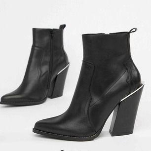 Cowboy boots från ASOS. Nyskick, har använt dem en gång. Säljer dem för att är för höga för mig. Äkta skin. Nypris 750kr.