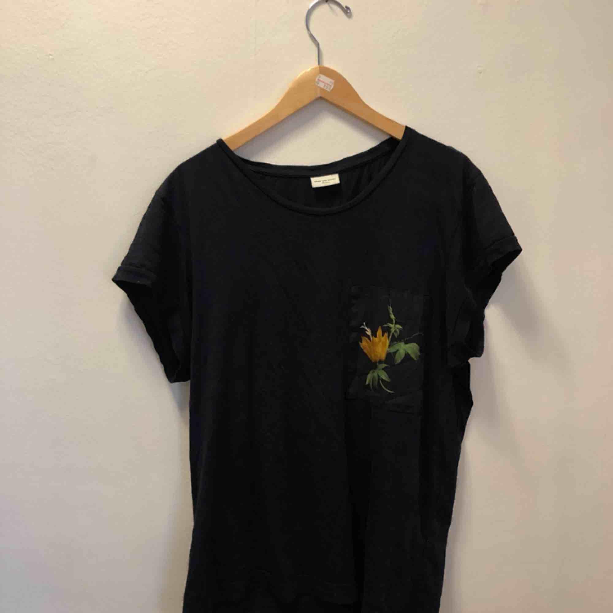 Oversized t-shirt i mörkblått från Dries Van Noten. T-shirts.