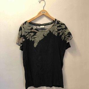 Oversized t-shirt från Dries van noten i svart och grönt