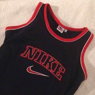 Skitsnyggt Nike-linne från beyond retro. Frakt ingår i priset ❣️