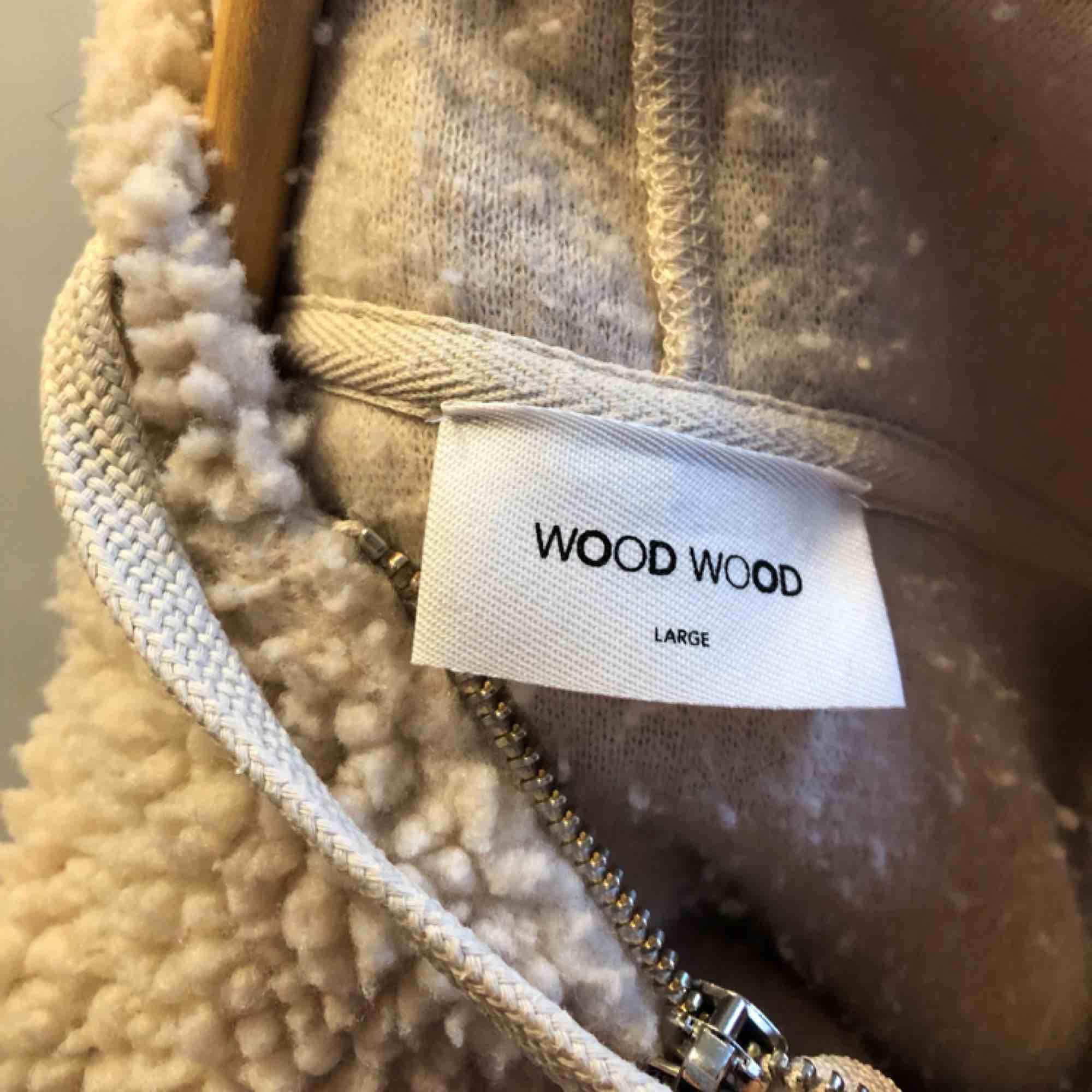 Underbar hoodie i teddyfleece från Wood Wood i stl L. Huvtröjor & Träningströjor.