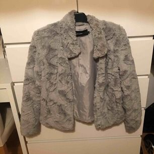 Helt oanvänd pälsjacka ifrån vero Moda, köparen står för frakt, pris kan diskuteras vid snabbaffär